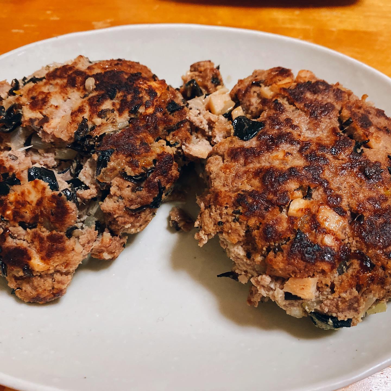 牛ひき肉、玉ねぎ、たけのこ、キクラゲ、おからパウダーでハンバーグを作ってみたけど、つなぎが弱くてボロボロになってしまいました。でも、おいしくできました。