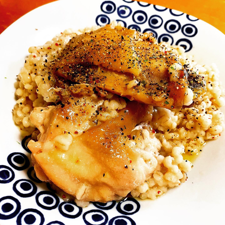 Yahoo!ショッピングの水郷のとりやさんで買った骨付き親鳥を、もち麦と一緒に炊飯器で炊いてみました。それでも結構硬いお肉でした。おいしかったですが。https://store.shopping.yahoo.co.jp/suigodori/yotiwari-y.html#yahooショッピング #水郷のとりやさん #鶏肉 #もち麦 #リゾット #骨付き鶏 #炊飯器レシピ #お取り寄せ