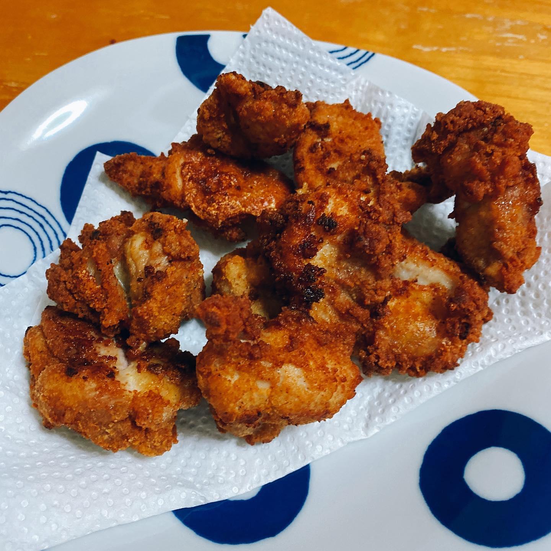 最近、硬い親鳥ばかり食べていたので、ヨーカドーのネットスーパーで買った若鶏でからあげを作りました。外はカリッと、中はやわやわで、とってもおいしかったです。コールスローは作りましたが、ポテトサラダは買ったものです。手抜きですがなにか?#からあげ #コールスロー #ポテトサラダ #家飲み #うち飲み #手料理 #お惣菜 #鶏肉料理 #手抜きごはん #手抜き料理 #手抜き #揚げ物 #サラダ
