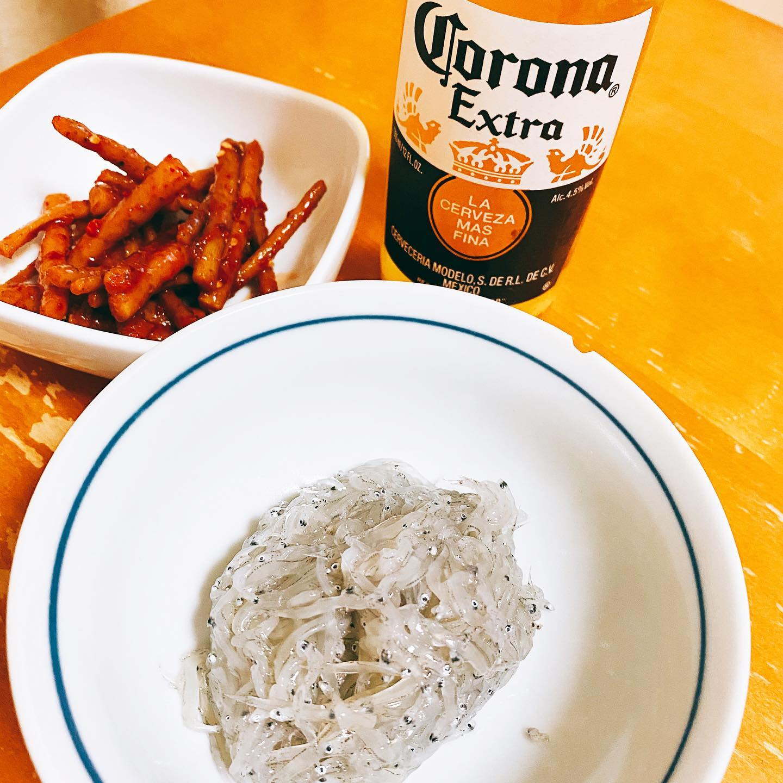 今夜は、クックパッドマートで配達してもらった生しらすとごぼうキムチをつまみに、LOHACOで買ったコロナビールを飲んでいます。生しらすがおいしいです。#lohaco #クックパッドマート #生しらす #ごぼうキムチ #キムチ #コロナビール #ビール #しらす #家飲み #うち飲み #晩酌 #ビール #お取り寄せ #お取り寄せグルメ