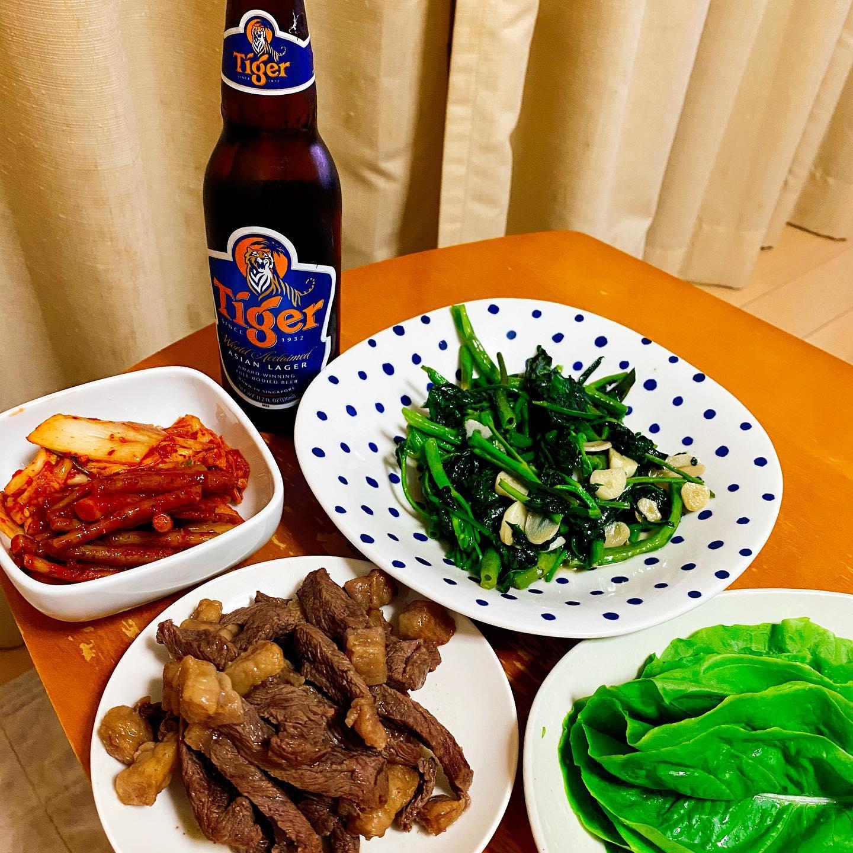 今夜は、クックパッドマートで買った空芯菜の炒め物を作りました。グラスフェッドビーフ、キムチ、サンチュ、タイガービールとともに。#クックパッドマート #空芯菜 #空芯菜炒め #タイガービール #グラスフェッドビーフ #キムチ #晩酌 #家飲み #うち飲み #お取り寄せグルメ #お取り寄せ #肉