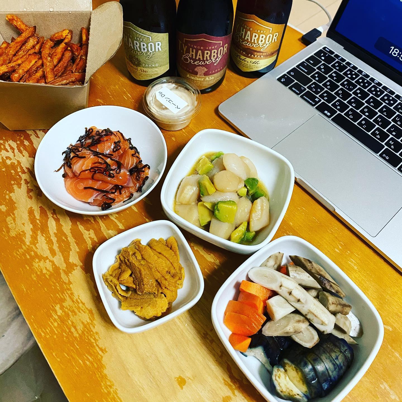 今夜は、会社のオンライン飲み会なので、Uber eatsでT.Y.HARBORのビール5本とフライドポテトをデリバリー。サーモンの塩昆布和え、ホタテとアボカドの漬け、ウニ刺し、ぬか漬けは手作り。#ubereats #TYHARBOR#デリバリー #ビール #クラフトビール #オンライン飲み会 #サーモン #サーモン塩昆布 #ホタテ #ウニ #ぬか漬け #zoom飲み会 #フライドポテト #ティーワイハーバー