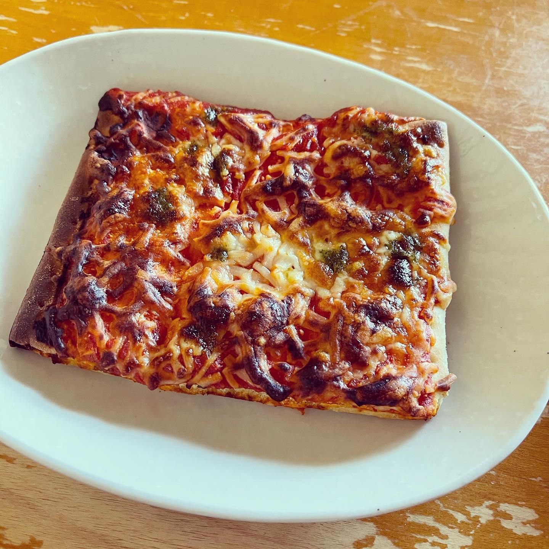 シャトレーゼの糖質86%カットのピザ「マルゲリータ」を食べました。オーブンでちょっと焼きすぎましたが、ふつうのピザと変わらない美味しさでした。#糖質制限ダイエット #糖質制限 #シャトレーゼ #シャトレーゼ糖質カット商品 #ピザ #低糖質 #低糖質ダイエット #低糖質ピザ