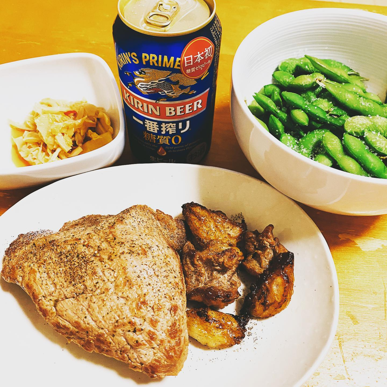 今夜は、グラスフェッドビーフのステーキと枝豆でビール。やわらかくて、赤身肉の旨みが感じられました。https://store.shopping.yahoo.co.jp/themeatguy/b101.html#糖質制限ダイエット #糖質制限 #グラスフェッドビーフ #牧草牛 #ミートガイ #一番搾り糖質ゼロ #枝豆 #晩酌 #赤身肉