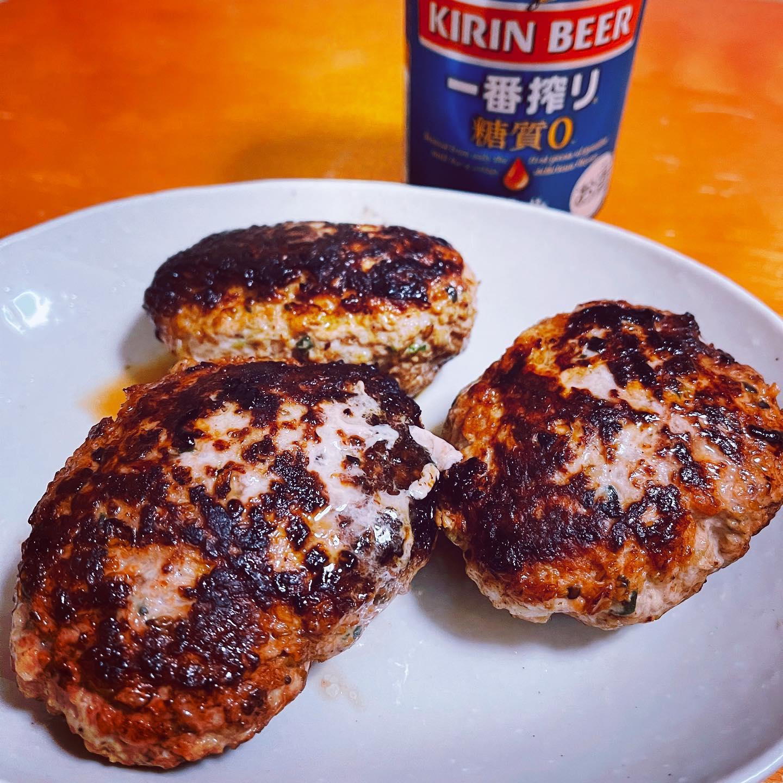 今夜は、豚ひき肉、キャベツ、ニラ、ごま、ニンニク、生姜、低糖質もち麦パン粉などをこねてハンバーグを作りました。#糖質制限ダイエット #糖質制限 #糖質制限レシピ #低糖質 #低糖質レシピ #ハンバーグ #一番搾り糖質ゼロ #手料理 #手料理グラム #晩酌 #晩ご飯#豚肉レシピ #豚ひき肉 #豚挽肉