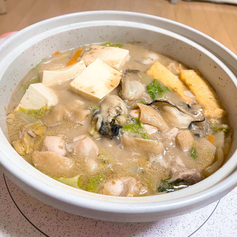 今夜は、LOHACOで買ったごま豆乳鍋のスープで鍋を作りました。具材は、白菜、長ネギ、えのき、鳥もも肉、牡蠣、油揚げ、豆腐などなど。ごまが濃厚でおいしかったです。https://lohaco.jp/product/U328868/#糖質制限ダイエット #糖質制限レシピ #糖質制限 #鍋 #鍋料理 #豆乳鍋 #ごま豆乳鍋 #ミツカンプレミアム鍋つゆ #ミツカン鍋つゆ #lohaco #手料理 #手料理グラム #晩ご飯 #晩酌#牡蠣 #牡蠣鍋 #鶏肉料理
