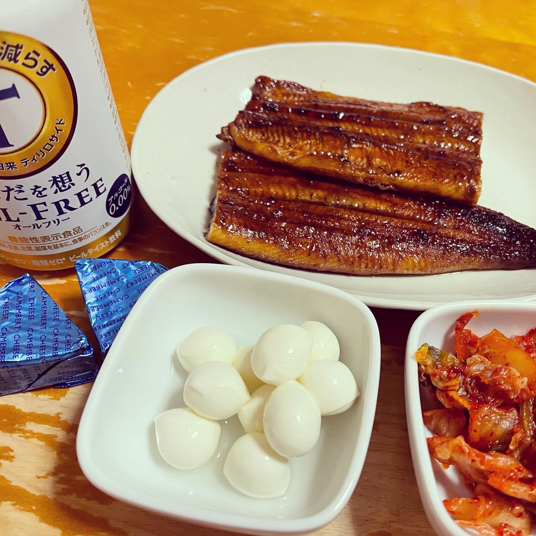 年末にまとめ買いした生鮮食品が、ほとんど無くなってきたので、今夜は、モッツァレラチーズ、カマンベールチーズ、キムチと冷凍庫に買い置きしていたうなぎの蒲焼きを食べました。https://paypaymall.yahoo.co.jp/store/kawaguchisuisan/item/d-kb1701-crsb/#paypayモール #かわすい #川口水産 #糖質制限 #糖質制限ダイエット #糖質offアドバイザー #低糖質 #低糖質ダイエット #オールフリー #うなぎ #うなぎの蒲焼き #鰻 #チーズ #キムチ