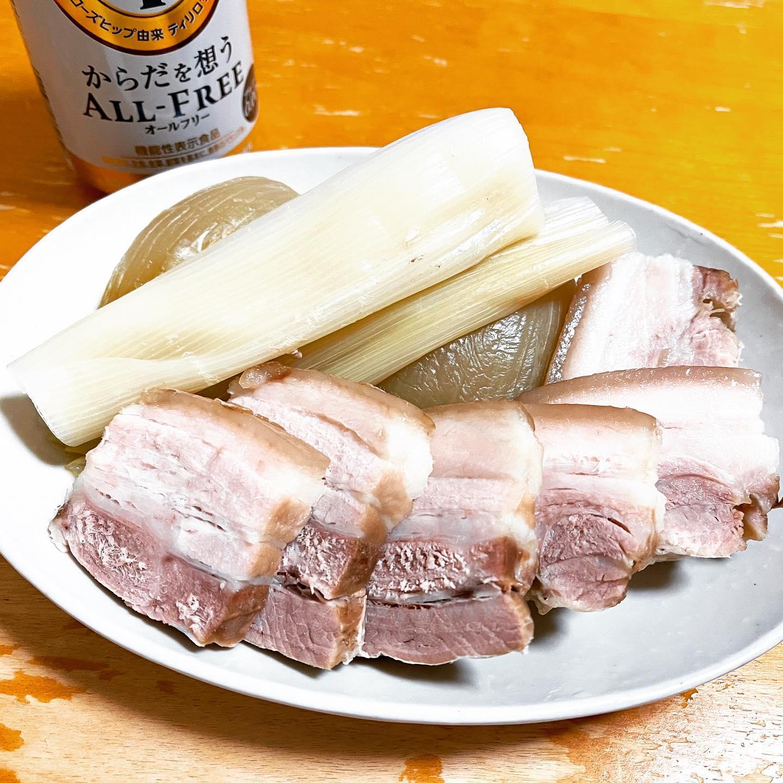 今夜は、蒸し豚と蒸しネギを作りました。蒸し豚は、他の料理にも使いたかったので、下味は付けずに無砂糖ポン酢でさっぱり食べました。#糖質制限 #糖質制限ダイエット #糖質制限レシピ #糖質offアドバイザー #糖質off #オールフリー #豚肉 #豚肉料理 #蒸し料理 #ネギ #ブルーノホットプレート #蒸し器 #蒸し豚 #手料理 #手料理グラム