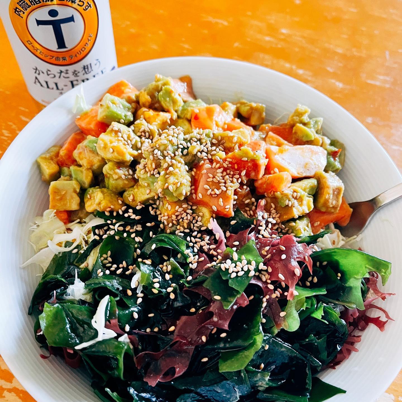 今日のランチは、キャベツの千切りの上に、LOHACOで買ったチョレギ風海藻サラダとサーモンとアボカドのピリ辛サラダをのせたパワーサラダにしました。サーモンとアボカドの組み合わせは、最近のお気に入りです。https://paypaymall.yahoo.co.jp/store/y-lohaco/item/j295484/#オールフリー #からだを想う #サラダ #サーモン #アボカド #チョレギ風海藻サラダ #パワーサラダ #映えないご飯 #映えない #糖質制限ダイエット #糖質制限レシピ #糖質制限 #糖質オフ #糖質off #糖質offアドバイザー #手料理 #手料理グラム
