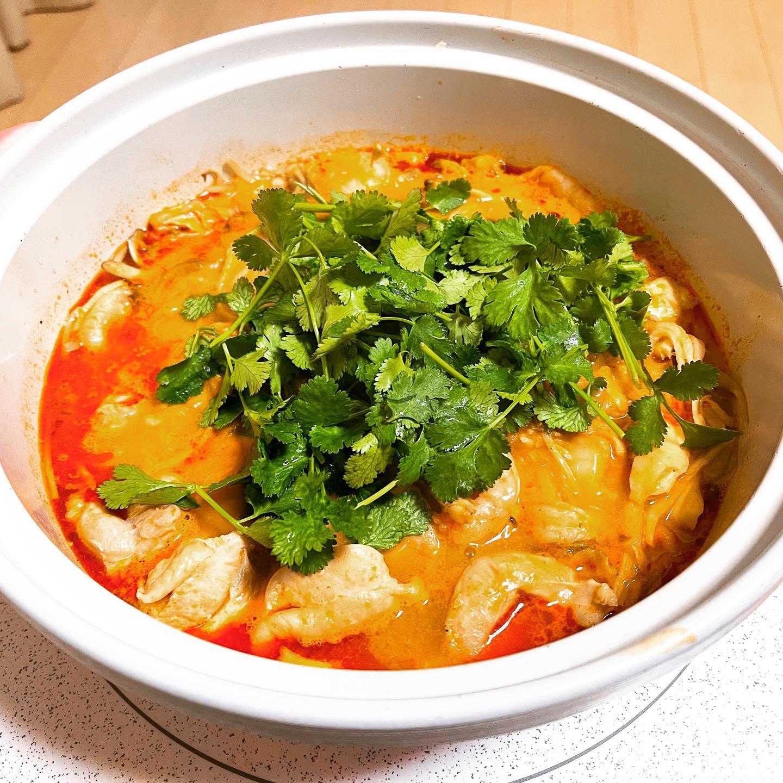 今夜は、無印のトムヤムクン鍋を作りました。鶏肉、白菜などの鍋野菜、舞茸、えび、アサリ、切り干し大根、パクチーをたっぷり入れました。ビールを出してくるのも忘れるくらいおいしくできました。#無印良品 #無印 #無印のトムヤムクン鍋 #トムヤムクン鍋 #鍋料理 #鍋 #糖質制限ダイエット #糖質制限レシピ #糖質制限 #糖質オフ #糖質offアドバイザー #映えない #映えないご飯 #手料理 #手料理グラム #辛い鍋