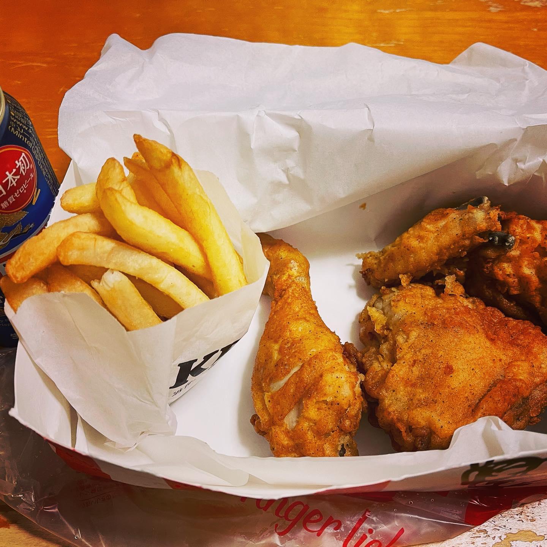 今夜は、KFCをUber eatsで持ってきてもらいました。いや〜、久しぶりのKFCはおいしいな〜。#一番搾り糖質ゼロ #ビール #kfc #ubereats #デリバリー #デリバリーグルメ #晩酌 #フライドチキン #映えないご飯 #映えない #糖質制限ダイエット #糖質制限#糖質オフ #糖質offアドバイザー