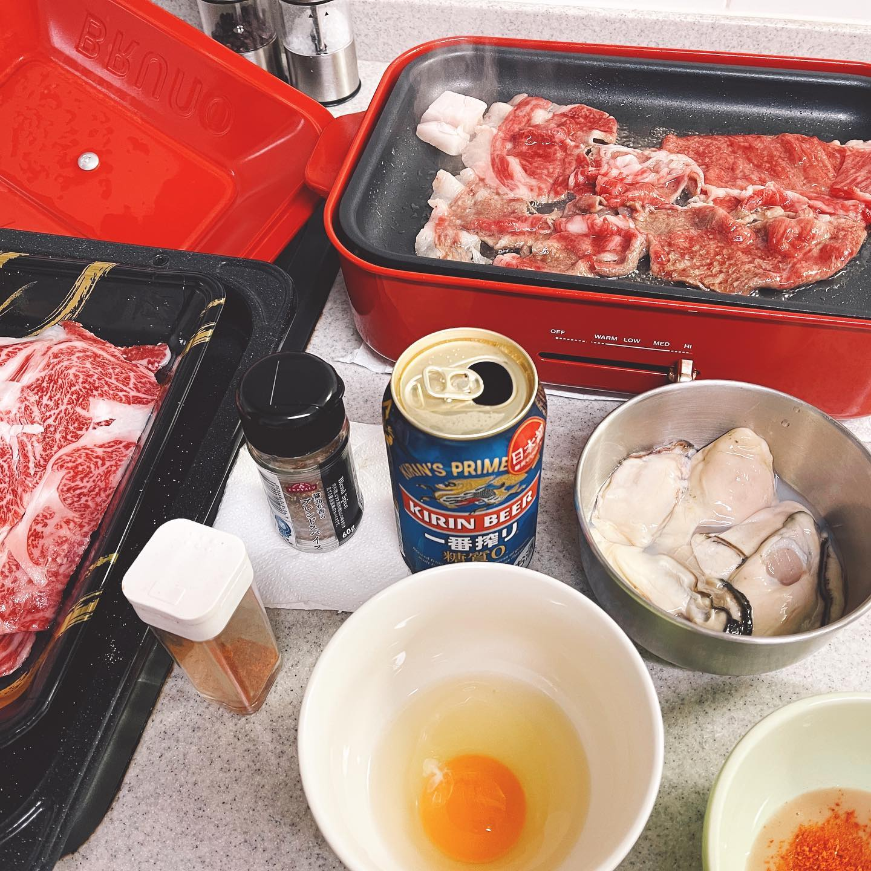 今夜は、解凍しておいた黒毛和牛の薄切りを焼きしゃぶにし、牡蠣も焼きました。脂が多いので、たびたびキッチンペーパーで鉄板を拭いて食べました。鍋シーズンが終わって、キッチン焼肉が定番になってきました。#一番搾り糖質ゼロ #ビール #黒毛和牛 #焼肉 #焼きしゃぶ #牡蠣 #ブルーノホットプレート #ブルーノ #bruno #ホットプレート #糖質制限ダイエット #糖質制限レシピ #糖質制限 #糖質offアドバイザー #糖質オフ #低糖質 #キッチン焼肉