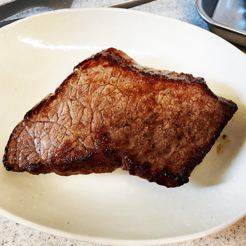 今日のランチは、熊本産あか牛のもも肉ステーキを焼きました。ジューシーな肉汁がおいしかったですが、アゴが疲れました。https://store.shopping.yahoo.co.jp/ritafoods-basasi/0423020.html#yahooショッピング #あか牛 #ステーキ #和牛 #熊本産 #牛肉 #お取り寄せ #お取り寄せグルメ #糖質制限ダイエット #糖質制限レシピ #糖質制限 #糖質オフ #糖質off #糖質offアドバイザー