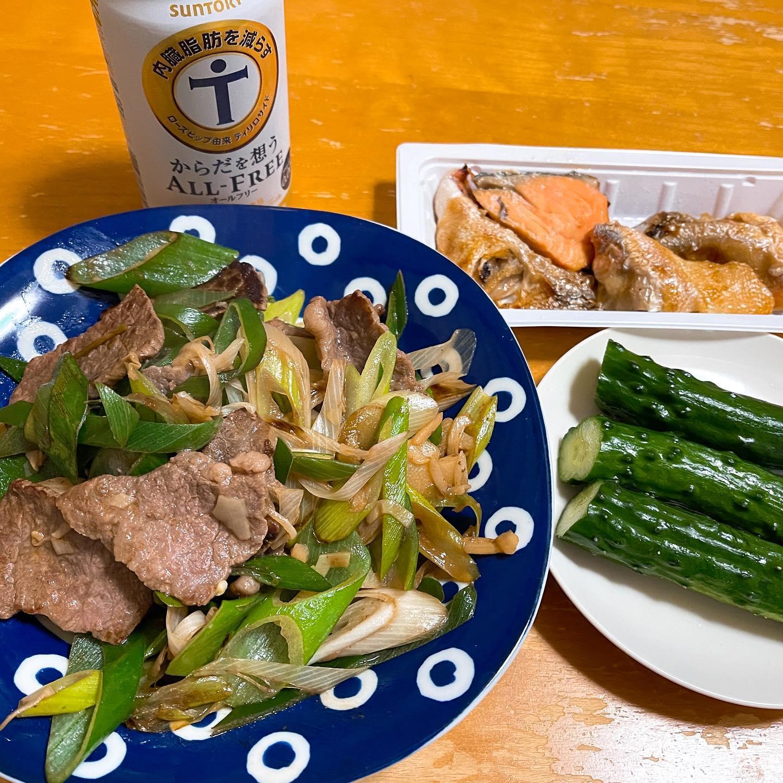 今夜は、和牛もも肉を長ネギと炒め、穂先メンマで味付けしたものを作りました。コンビニで買った鮭のカマ焼きときゅうりのぬか漬けも食べました。#オールフリー #からだを想うオールフリー #きゅうりのぬか漬け #ぬか漬け #鮭のカマ焼き #鮭 #匠和牛 #牛もも肉 #長ネギ #映えないご飯 #映えない #糖質制限ダイエット #糖質制限レシピ #糖質制限 #糖質オフ #糖質offアドバイザー #糖質off