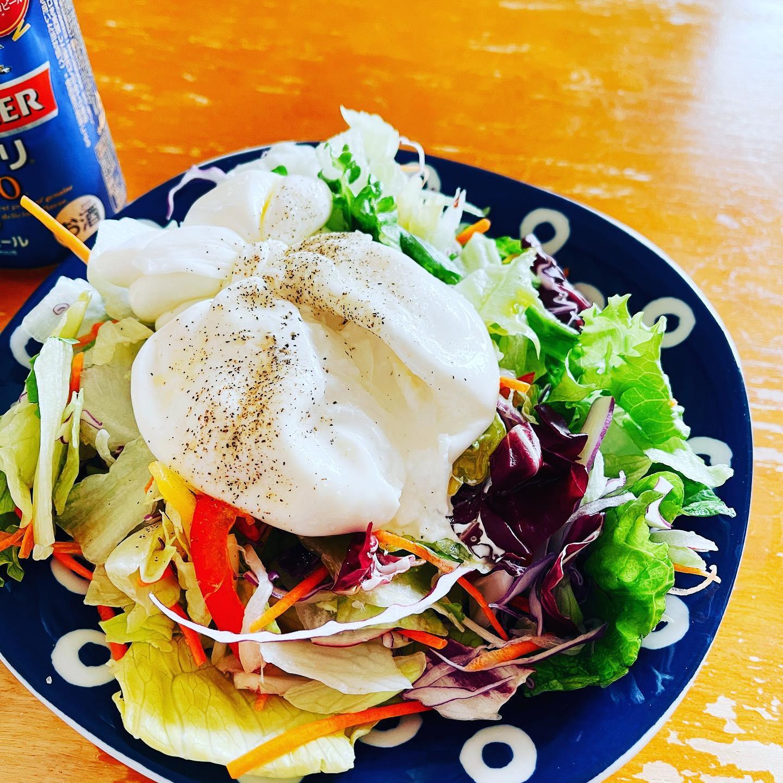 今日のお昼は、クックパッドマートで買ったブラータチーズをサラダに乗せて、オリーブオイル、塩胡椒を掛けました。野菜たっぷりのランチです。#クックパッドマート #一番搾り糖質ゼロ #ビール #ブラータチーズ #サラダ #糖質制限ダイエット #糖質制限レシピ #糖質制限 #糖質オフ #糖質オフレシピ #糖質off #糖質offレシピ #糖質offアドバイザー #手料理 #手料理グラム