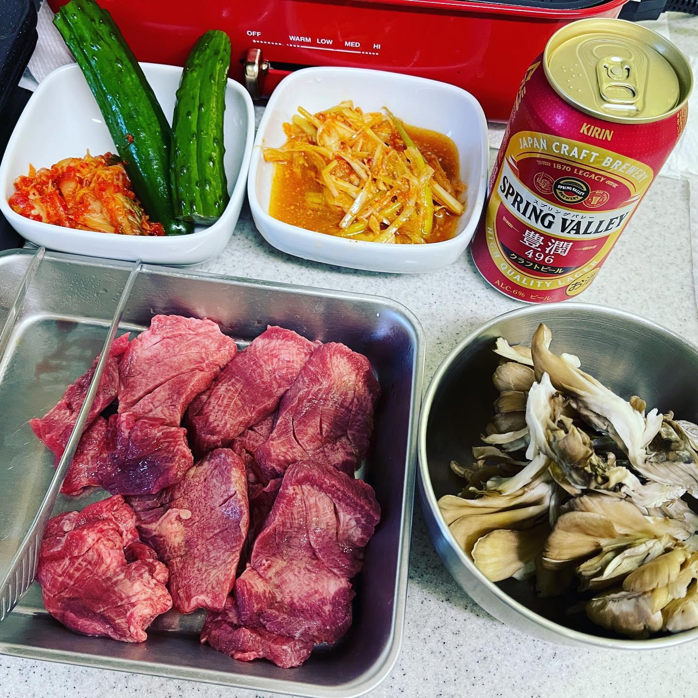 お取り寄せした牛タンブロックを、焼肉用に厚切りして焼肉しました。厚切りなのにやわらかくておいしかったです。硬いタン下は、タンシチュー用に切り出しました。https://store.shopping.yahoo.co.jp/kielbasa-japan/beeftongueb.html#yahooショッピング #牛タン #牛タン焼肉 #焼肉 #キッチン焼肉 #家焼肉 #ホットプレート #ホットプレート焼肉 #ブルーノホットプレート #bruno #糖質制限ダイエット #糖質制限 #糖質制限レシピ #糖質オフダイエット #糖質オフ#糖質off #糖質offアドバイザー #手料理 #手料理グラム #スプリングバレー #ビール#晩酌