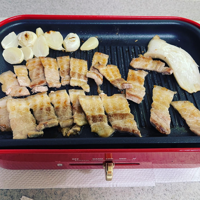 今夜は、サムギョプサルではなく、オギョプサルにしました。皮付きの豚バラ肉とネギキムチをYahoo!ショッピングでお取り寄せしました。皮の部分がコリコリしておいしかったです。https://store.shopping.yahoo.co.jp/hiroba/20301220-5p.html#サムギョプサル #オギョプサル #yahooショッピング #韓国広場 #お取り寄せ #ブルーノホットプレート #ブルーノ #焼肉 #豚焼肉 #キムチ #ネギキムチ #糖質制限ダイエット #糖質制限 #糖質オフダイエット #糖質オフ #糖質off #糖質offアドバイザー #手料理 #手料理グラム
