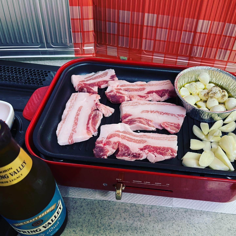 今夜は、サムギョプサル にしました。今日が賞味期限のモッツァレラチーズをオリーブオイルで温めて、お肉と一緒に食べてみました。キムチは、白菜キムチと大根の葉のキムチにしました。豚肉が、脂身が多くて、ちょっときつかったです。#キッチン焼肉 #サムギョプサル #豚焼肉 #焼肉 #スプリングバレー #ビール #新ニンニク #モッツァレラチーズ #キムチ #ブルーノホットプレート #ブルーノ #bruno #おうち焼肉 #糖質制限ダイエット #糖質制限 #糖質オフダイエット #糖質オフ #糖質off #糖質offアドバイザー