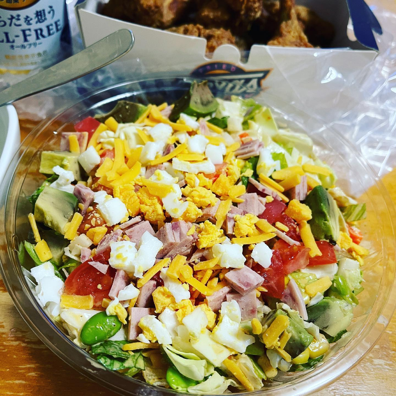 今夜は、Uberでテキサスフライデーのコブサラダとフライドチキンをデリバリーしました。お店が近所にあるので、フライドチキンは熱々で届きました。でも、メインはコブサラダ。これが好きでリピしてます。#ubereats #ウーバーイーツ #テキサスフライデー #コブサラダ #フライドチキン #糖質制限ダイエット #糖質制限 #糖質オフダイエット #糖質オフ #糖質off #糖質offアドバイザー #低糖質 #オールフリー #からだを想うオールフリー