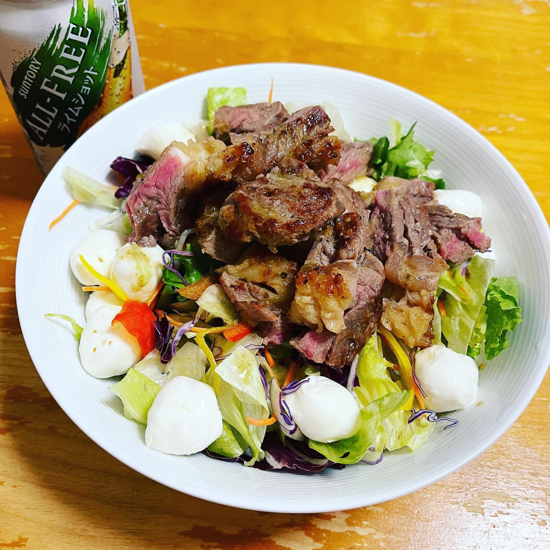 今夜は、グラスフェッドビーフでステーキサラダを作りました。レタスやパプリカは、カット野菜でお手軽に、モッツァレラチーズは、賞味期限ギリギリでした。お腹いっぱいおいしく食べました。#オールフリー #オールフリーライムショット #グラスフェッドビーフ #ミートガイ #モッツァレラチーズ #ステーキサラダ #サラダレシピ #サラダ #ノンアルコール #ノンアルコールビール #糖質制限ダイエット #糖質制限レシピ #糖質制限 #糖質オフダイエット #糖質オフレシピ #糖質オフ #糖質off #糖質offアドバイザー #低糖質レシピ #低糖質 #手料理 #手料理グラム