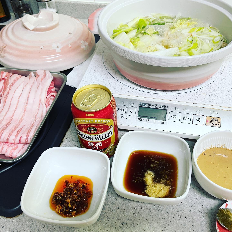 今夜は、しゃぶしゃぶにしました。花椒とごまを擦って、ごまだれと大葉を足しました。味ぽんに姜葱醬を加えたり、食べるラー油、柚子胡椒も用意しました。汗だくになりながら食べました。#スプリングバレー #springvalley #しゃぶしゃぶ #おうちご飯 #おうちしゃぶしゃぶ #豚しゃぶ #豚肉 #ビール #晩酌 #糖質制限ダイエット #糖質制限レシピ #糖質制限 #糖質オフダイエット #糖質オフレシピ #糖質オフ #糖質off #糖質offアドバイザー #手料理 #手料理グラム #低糖質レシピ #低糖質